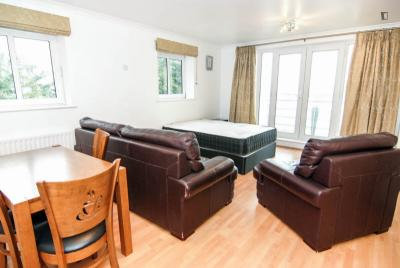 Large double bedroom with a balcony, in Isle of Dogs