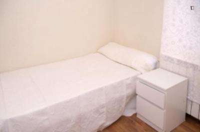 Nice single bedroom in a 3-bedroom apartment near Parque del Oeste