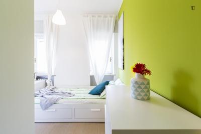 Cozy single bedroom in a 3-bedroom apartment near Gambara metro station