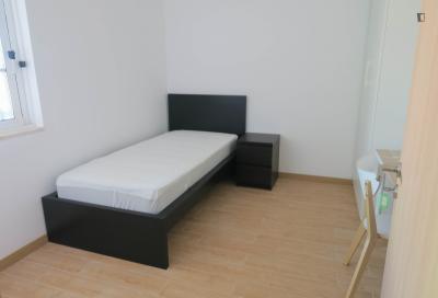 Delightful single bedroom in a modern house, in Linda-a-Velha