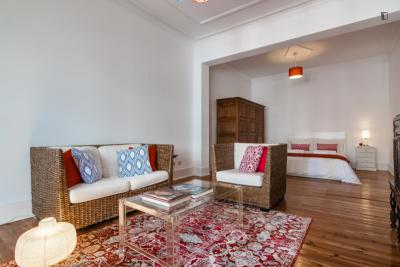 Spacious bedroom with 35m2 near Marquês de Pombal and Rato Stations