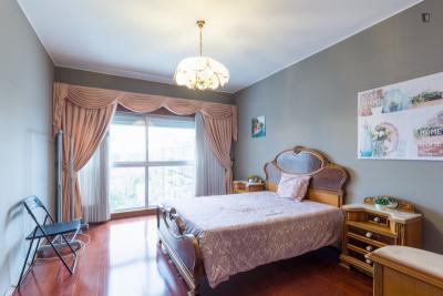 Spacious and bright bedroom close to Universidade Engenharia Porto