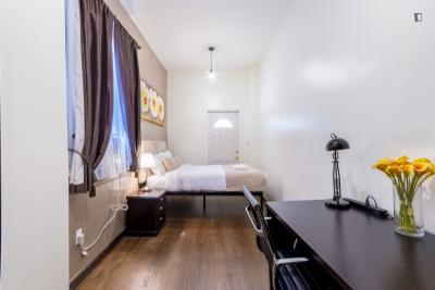 Modern double bedroom in a 2-bedroom apartment near Chrysler Building