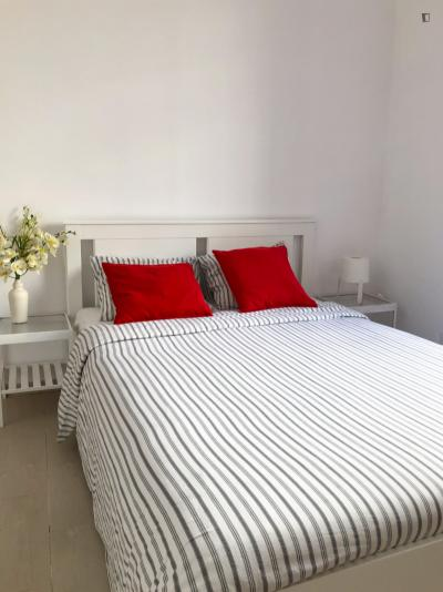 Welcoming double bedroom near the Santa Apolónia train station