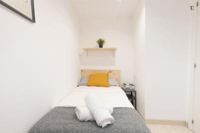 Single bedroom in a student apartment, close to the Urquinaona