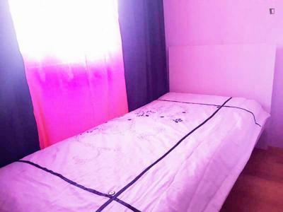 Chambre simple dans un appartement de 4 chambres