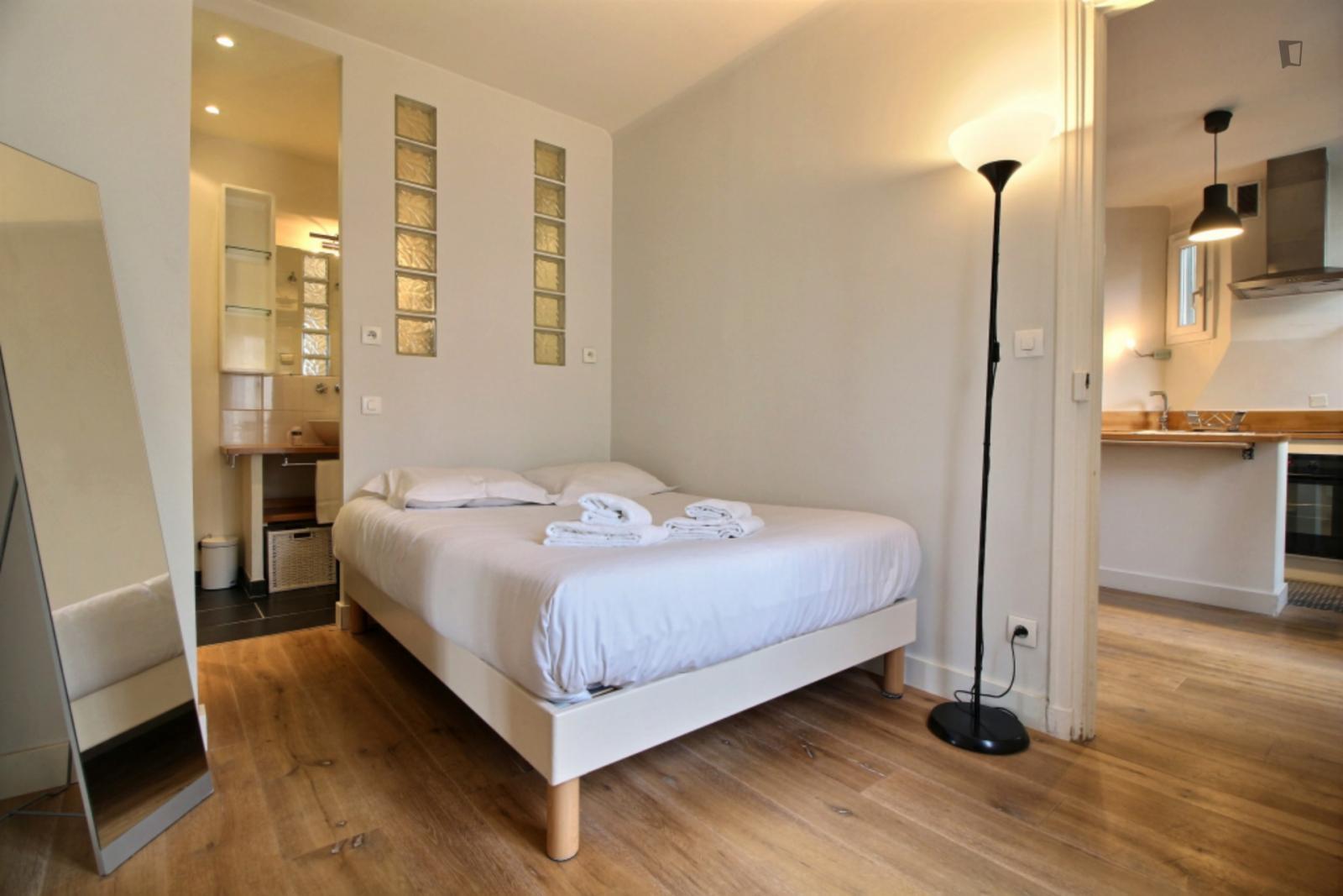 Rue Rennequin, 17th arrondissement of Paris, FR-75 - 1,407 EUR/ month
