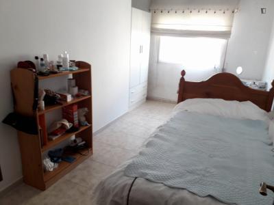 Enkele slaapkamer, met balkon, in 4 slaapkamer appartement
