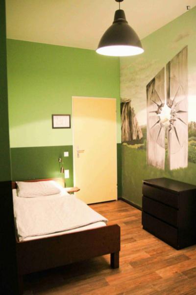 Chambre simple dans un appartement de 10 chambres