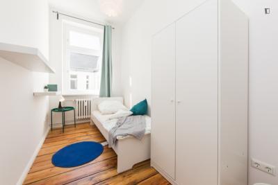 Pokój jednoosobowy w 11 pokojowe mieszkanie