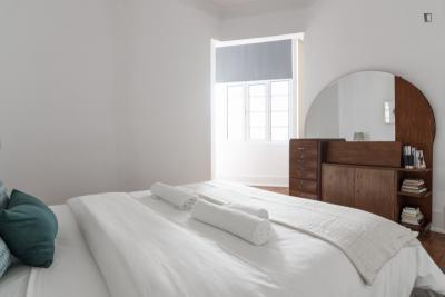 Pleasant ensuite bedroom near Marquês de Pombal / Rato Metro Stations