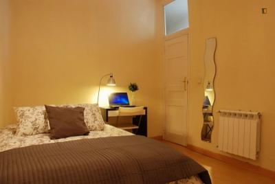 Double bedroom in 8-bedroom flat near Palacio Real