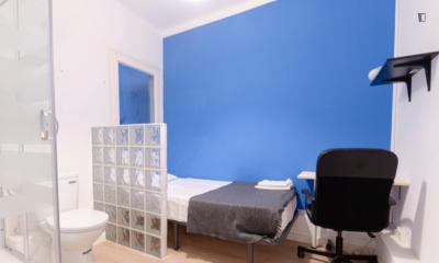 Snug single ensuite bedroom in a 5-bedroom apartment near Parc del Mirador del Poble Sec