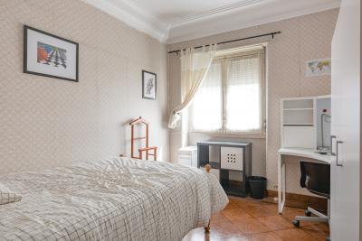 Charming double bedroom, in a 5-bedroom apartment, in Saldanha