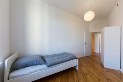 Chambre simple dans un appartement de 7 chambres