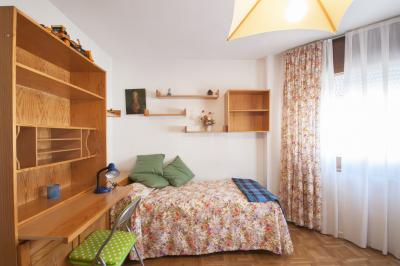Large twin bedroom in a 4-bedroom apartment in Chamartín