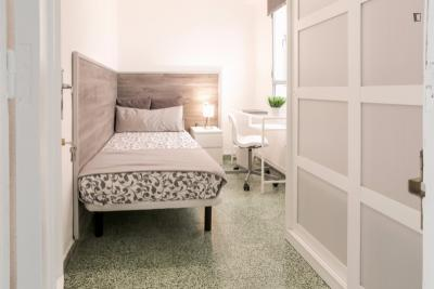 Superb single bedroom in a student flat, in Valencia