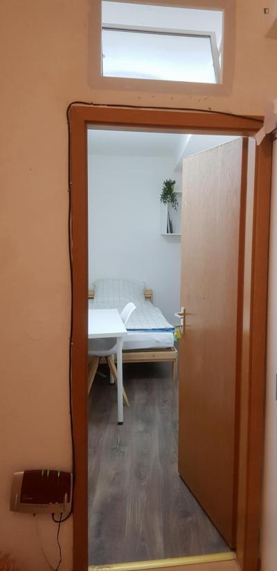 Pokój jednoosobowy w 9 pokojowe mieszkanie