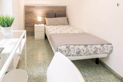 Classy single bedroom in a 5-bedroom flat, in Valencia