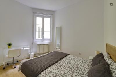 Inviting Double Bedroom next to Retiro Metro