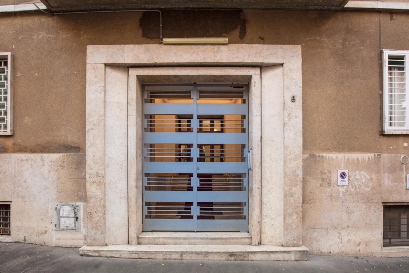 Via Fratelli Ruspoli, Rome, ME - 450 USD/ month