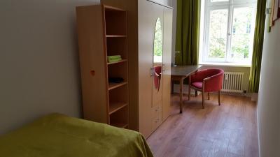 Inviting single bedroom in a 6-bedroom flat, in Moabit