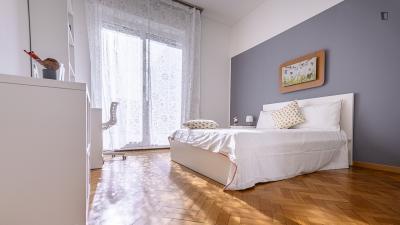 Stanza matrimoniale, con un balcone, in un appartamento di 8 stanze