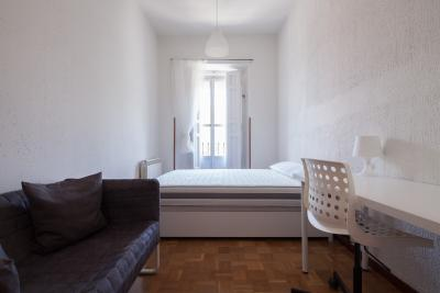 Charming double bedroom in a student residence near Teatro Real
