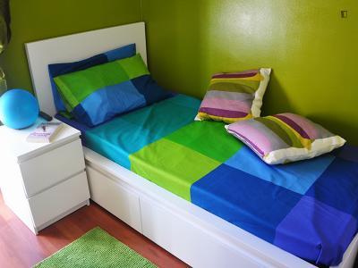 Cozy single bedroom in a 5-bedroom apartment near Gambara metro station