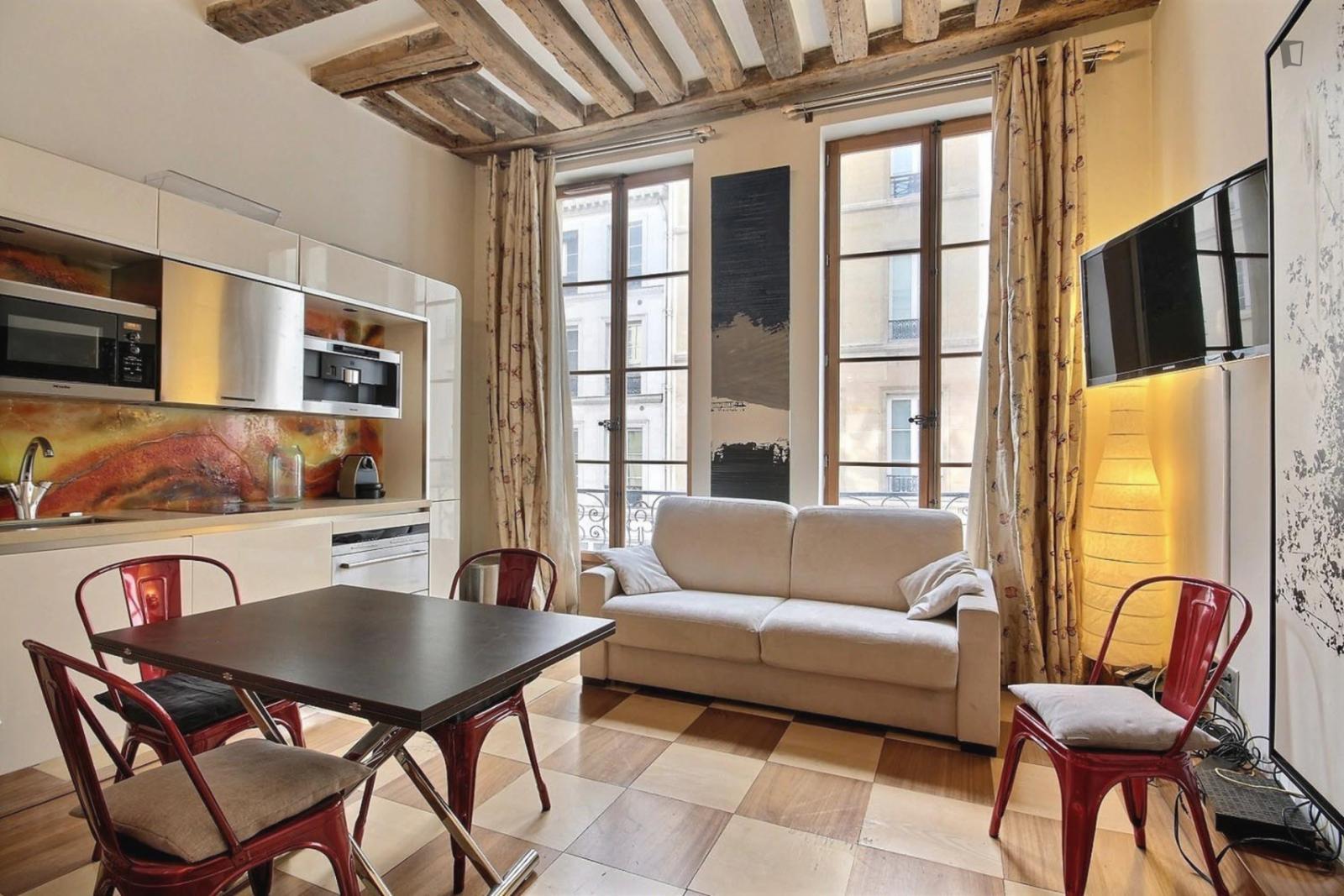 rue Saint Honoe, 1st arrondissement of Paris, FR-75 - 1,696 EUR/ month
