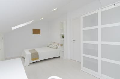 Cosy double bedroom in Guindalera