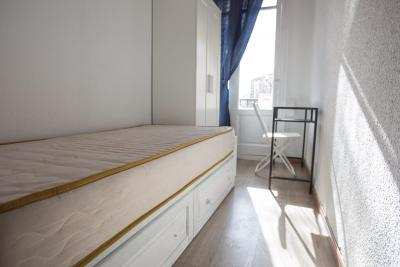 Single bedroom in 8-room apartment right by Quevedo metro station