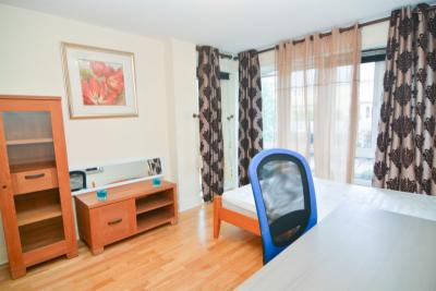 Double bedroom with a balcony in the Isle of Dogs