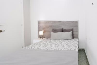 Lovely double bedroom in a 5-bedroom apartment