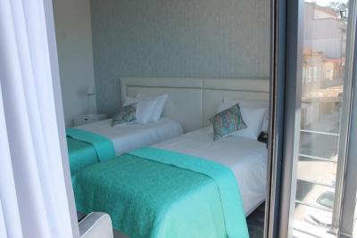 Stanza con diversi letti, con un balcone, in una casa di 8 stanze