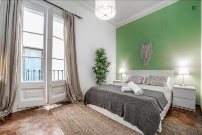 Pokój jednoosobowy, z balkonem, w 8 pokojowe mieszkanie