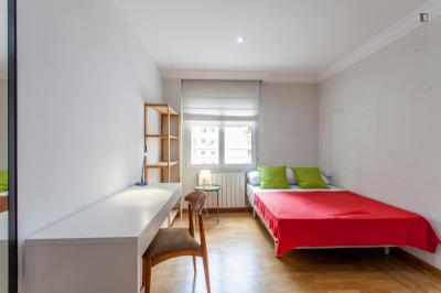 Snug double bedroom near the Facultat de Psicologia